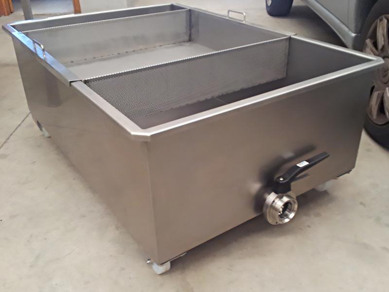 Depósito con bandeja para filtrar residuos solidos de la uva
